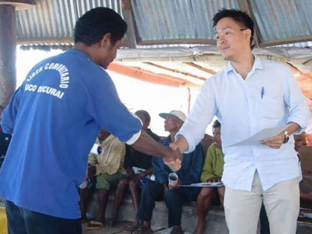 Ryou-handing-certificate Lagaranta